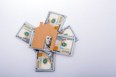 Papierhaus neben US-Dollar Banknote Stockfotografie