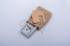 Papierhaus neben US-Dollar Banknote Lizenzfreie Stockfotografie