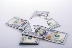 Papierhaus neben US-Dollar Banknote Stockfoto