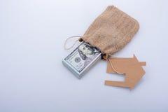 Papierhaus neben US-Dollar Banknote Lizenzfreie Stockbilder