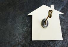 Papierhaus und Schlüssel lizenzfreie stockfotografie