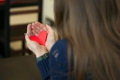 Papierherz in den Händen stockbild