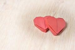 Papierherz mit zwei roten Origamis Lizenzfreie Stockfotografie