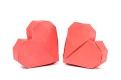 Papierherz mit zwei roten Origamis Stockfotografie
