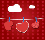 Papierherzen, die von einem Seil, auf roter Tapete hängen Teil des Valentinsgrußtagessets Lizenzfreie Stockfotos
