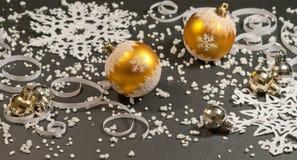 Papierhintergrund- und Goldweihnachtskugeln Stockbild