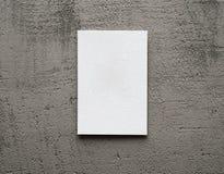 Papierkarte auf einem grauen Hintergrund Lizenzfreies Stockbild