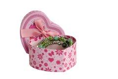 Papierkasten mit rosa Bogen und offenen dem Deckel lokalisiert auf weißem Hintergrund Es gibt eine Halskette im Kasten stockbild