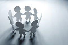 Papierkettenfamilie oder Gemeinschaft lizenzfreie stockfotos