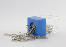 Papierklammer und blauer Plastikkasten Stockfoto