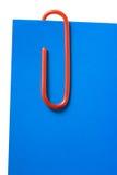 Papierklammer und blaues kurzes Zeichen Stockbild