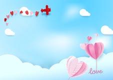 Papierkunstart Herzform steigt Fliegen im Himmel mit Flugzeug im Ballon auf Lizenzfreies Stockbild