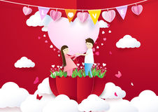 Papierkunstart Paare, die Herz und Stellung im Regenschirm halten Stockfoto