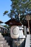 Papierlaterne der japanischen Art und Statuen von Füchsen mit Baum auf Hintergrund des blauen Himmels lizenzfreie stockfotos