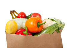 Papierlebensmittelgeschäftsack mit Gemüse auf Weiß Lizenzfreie Stockfotos