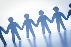 Papierleute, die zusammen Hand in Hand stehen Team, Gesellschaft, Geschäftskonzept Stockfoto