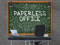 Papierloses Büro auf Tafel mit Gekritzel-Ikonen 3d Stockbild