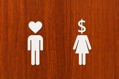 Papiermannherzkopf und -frau mit Dollar Liebe gegen Geldkonzept Lizenzfreie Stockfotografie