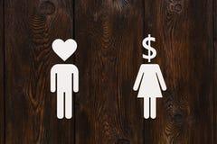 Papiermannherzkopf und -frau mit Dollar Liebe gegen Geldkonzept Lizenzfreie Stockfotos