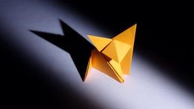 Papiermiezekatze origami weiß leuchte Geschossen auf Kennzeichen II Canons 5D mit Hauptl Linsen stock video
