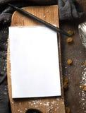 Papiernotizbuch im Küchenzubehör Stockfotografie