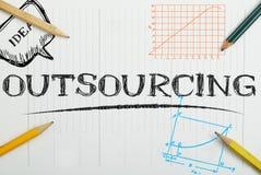 Papiernotizbuch mit Aufschriftoutsourcing, Geschäftskonzept Lizenzfreie Stockfotos