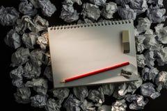 Papiernotizbuch mit Bleistiftradiergummi und Parer Stockfoto