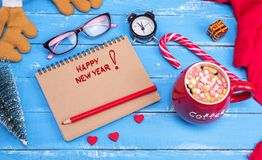 Papiernotizbuch mit dem Aufschrift guten Rutsch ins Neue Jahr Stockbild