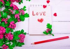 Papiernotizbuch mit Liebesbrief und rotem Herzen Lizenzfreies Stockfoto