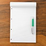 Papiernotizbuch mit Stift Stockfoto