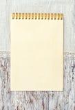 Papiernotizbuch- und Leinengewebe auf dem alten hölzernen Hintergrund Lizenzfreie Stockbilder