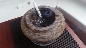 Papieros dymi w ashtray zdjęcie wideo