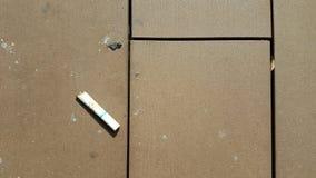 Papieros opuszczający na podłoga zdjęcia stock