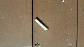 Papieros opuszczający na podłoga zdjęcie stock