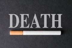 Papieros przeciw tłu słowo śmierć zdjęcie stock