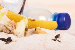 Papierosowi krupony, gospodarstwo domowe i karmowy odpady w piasku na seashore, Zdjęcie Royalty Free