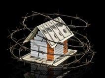 Papierosowy dom z dachem od dolarów za barbed wirem Zdjęcie Stock