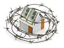 Papierosowy dom z dachem od dolarów za barbed wirem Obrazy Stock