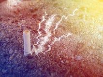 Papierosu dymny Przelewa się ashtray na drewnianym stole Zdjęcie Stock