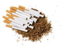 Papierosy na rozsypisku luźny tytoń, widok od above Zdjęcia Royalty Free
