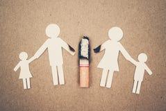 Papierosy niszczy rodziny fotografia stock