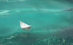 Papierowa łódź Na fala zdjęcie royalty free