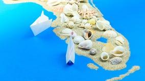 Papierowa łódź unosi się z wybrzeża Floryda zdjęcie wideo