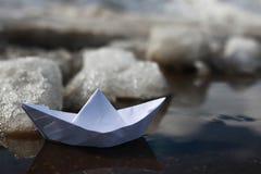 Papierowa łódź w basenie Fotografia Royalty Free