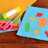 Papierowa aplikacja z dennymi zwierzętami i ryba Sztuki lekcja w dziecinu Papierowi denni zwierzęta - ośmiornica, ryba, rozgwiazd Fotografia Royalty Free