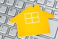 Papierowa domowa ikona na komputerowej klawiaturze Obrazy Stock