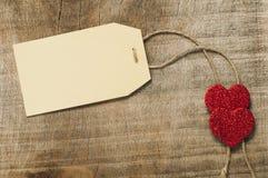 Papierowa etykietka z linowymi i czerwonymi sercami Zdjęcie Stock