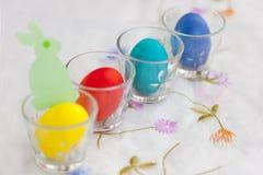 Papierowa figurka zielony królik i kilka kolorowi Easter jajka Fotografia Royalty Free
