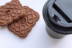 Papierowa filiżanka kawy i ciastko na białym tle obrazy stock