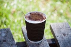 Papierowa filiżanka z kawą na ławce w parku Obraz Royalty Free